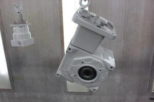 Industrilakering af gearmotorer med fødevaregodkendt maling.
