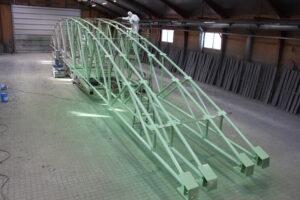 Sandblæsning og lakering af store stålgitrer.